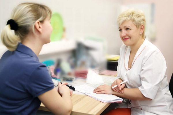 При болях в спине после беременности лучше обращаться к врачу для прохождения диагностики
