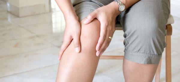 При сдавливании нервных корешков наблюдается снижение чувствительности в нижних конечностях
