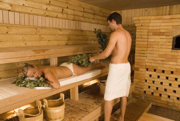 Горячий воздух расслабляет мышцы, расширяет кровеносные сосуды, нормализуется водно-солевой баланс, при этом выводятся лишние шлаки и токсины