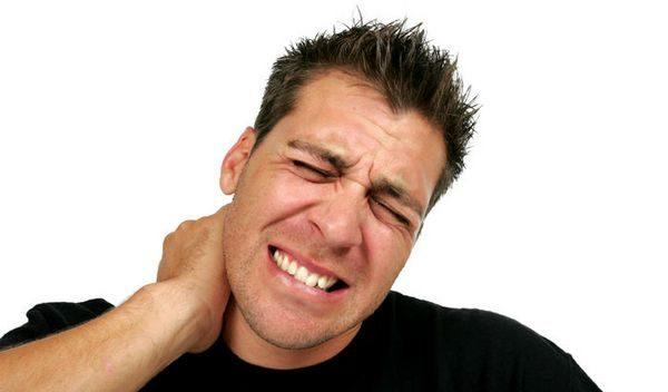 Главным симптомом при переломе является сильная боль в шее