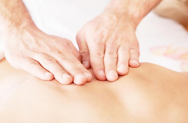 Лечебный массаж помогает больному человеку избавиться от болей