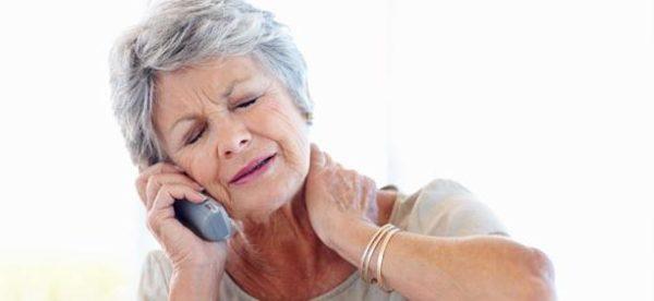 У лиц с остеопорозом перелом шейного отдела может случиться даже из-за резкого движения головой