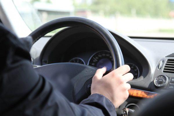 Управлять автомобилем можно при условии коротких поездок и отсутствии болей в спине