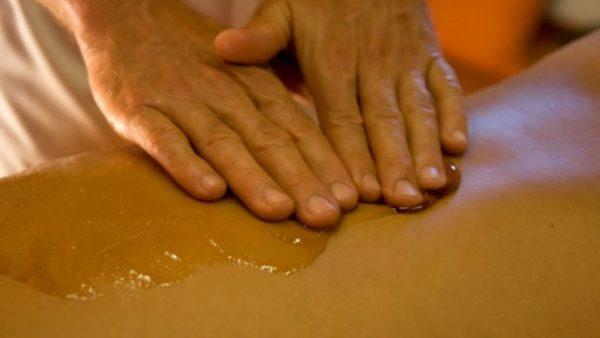 Движения выполняются всей ладонью, кончиками пальцев, ребром ладони, под углом или параллельно плоскости тела, и до тех пор, пока человек не начинает ощущать неприятные покалывания