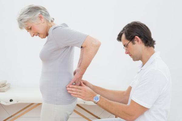 Врач обращает внимание на связь болевого синдрома с двигательной активностью больногоВрач обращает внимание на связь болевого синдрома с двигательной активностью больного