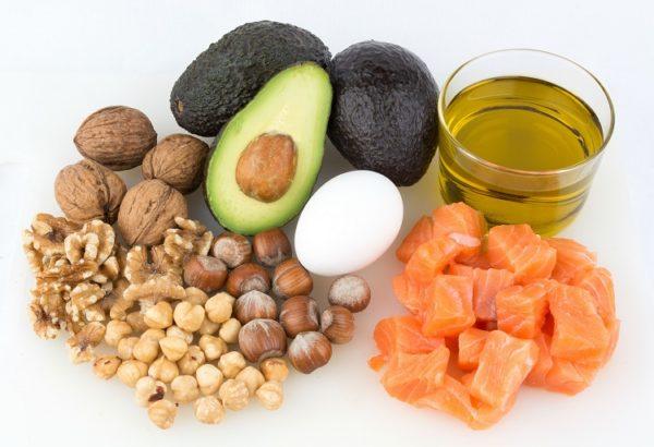 В рационе ежедневно должны присутствовать растительные масла, жирная рыба, семечки и орехи