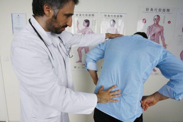 Если спина начала болеть без видимых причин, следует посетить врача