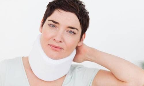 Ношение воротника Шанца - один из методов стабилизации состояния больного
