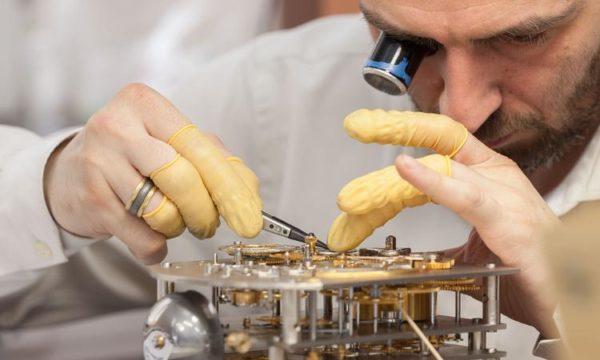 Работа в наклонном положении приводит к повышенной нагрузке на шейный отдел позвоночника