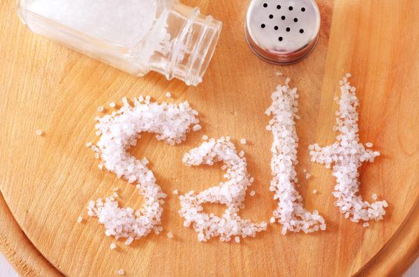 Употреблять столовую соль в больших количествах нельзя, так как она вызывает задержку жидкости в организме