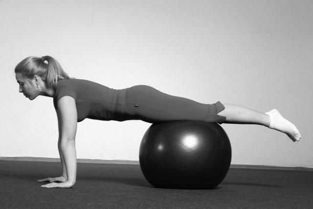 В комплексе упражнений, разработанных Бубновским, также есть те, которые выполняются с помощью фитбола