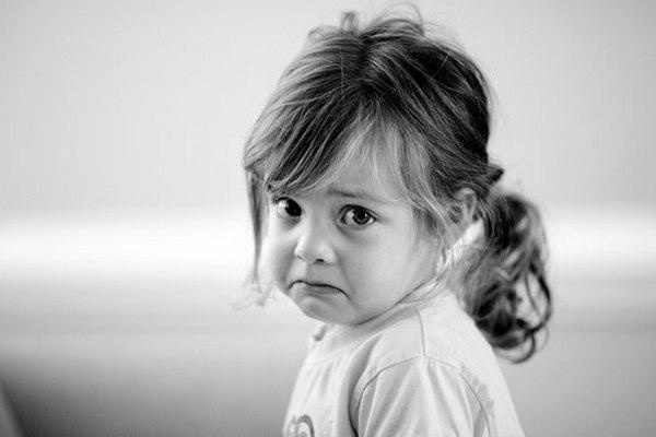 Распознать патологию у ребенка можно по головным болям и быстрой утомляемости у него