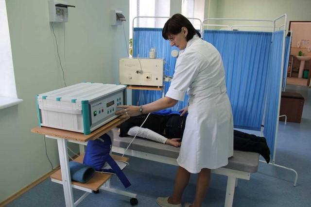 Для избавления от боли между ребер могут помочь физиотерапия и массаж