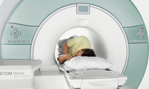 С помощью МРТ можно выявить поражения позвоночника, нервных корешков и спинного мозга, которые могут провоцировать болезненность кожи спины
