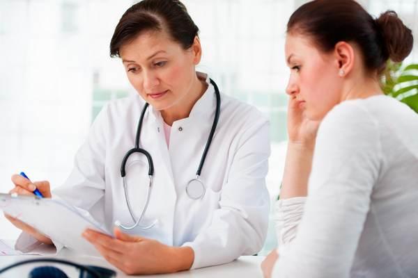 В первую очередь нужно обратиться к терапевту – впоследствии он направит пациента к врачу с более узкой специализацией