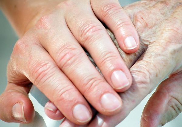 Развивается околосуставной остеопороз из-за ухудшения усвоения кальциевых соединений организмом