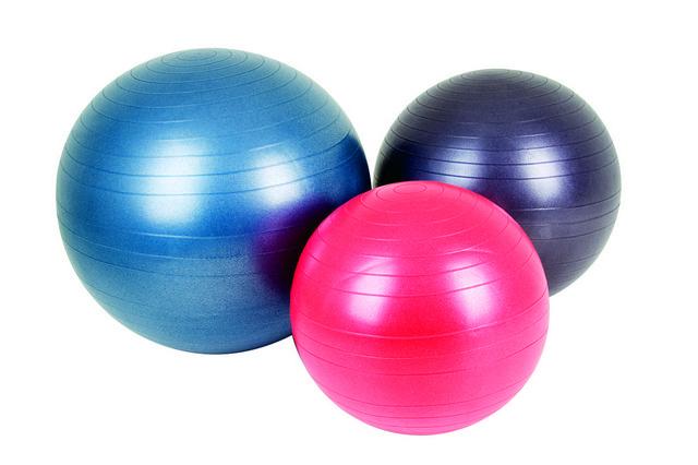При помощи фитбола можно укрепить позвоночник и улучшить обмен веществ