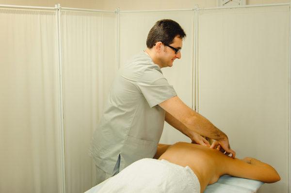 Массаж должен делать только квалифицированный специалист, знающий анатомию