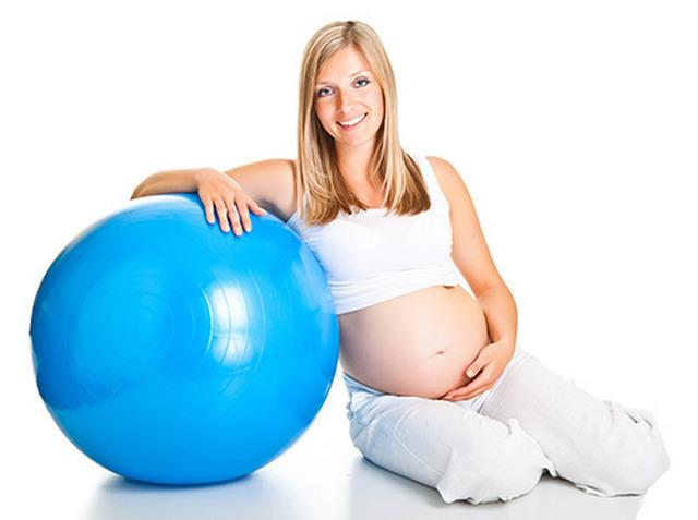 Заниматься с фитболом разрешено всем: и детям, и беременным женщинам, и пожилым людям