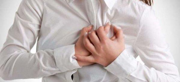 При остеохондрозе часто возникают боли в груди с одной стороны, похожие на сердечные