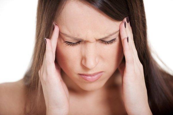 При смещении могут наблюдаться постоянные головные боли