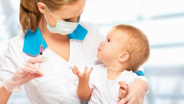 Перед вакцинацией родителям необходимо тщательно следить за состоянием малыша, а также сдать его кровь и мочу на анализ