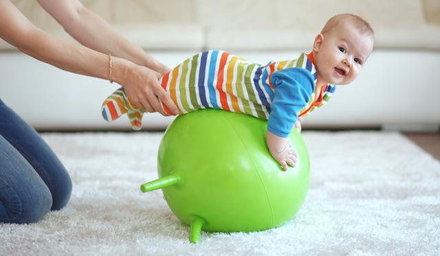 Полезно выполнять упражнения с фитболом и малышам – это укрепит их организм