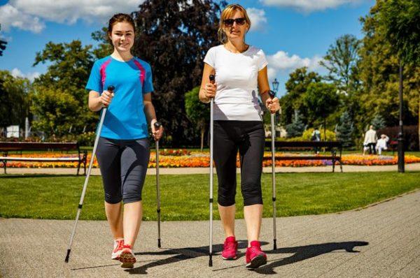 Скандинавская ходьба является отличным дополнением к лечебной физкультуре, поскольку способствует укреплению спинных мышц и выравниванию осанки