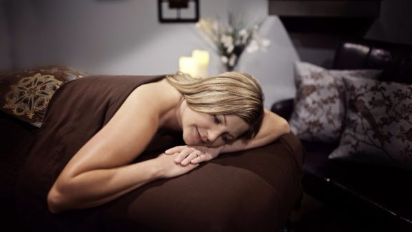 После массажа необходимо накрыть спину одеялом и полежать некоторое время