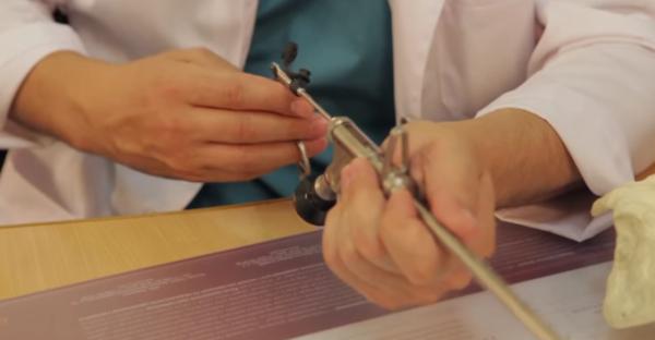 Через эндоскоп проводят рабочий инструмент