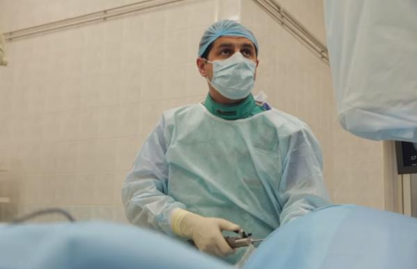 Фото: хирург во время операции по удалению межпозвоночной грыжи