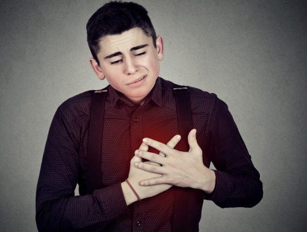 В запущенной стадии болезни деформация позвоночника влияет на работу органов грудной клетки, что часто проявляется болями в сердце