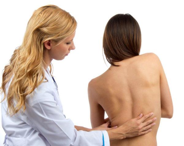 Врач-ортопед первоначально тщательно осматривает пациента и собирает анамнез