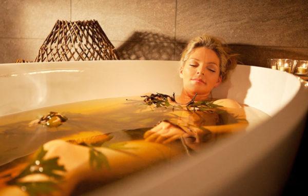 Ванны с целебными травами способствуют регенерации тканей и снимают болевые ощущения при остеохондрозе