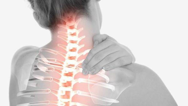 Боль в области шеи на фоне отсутствия других объективных причин - один из симптомов ПСО в шейном отделе