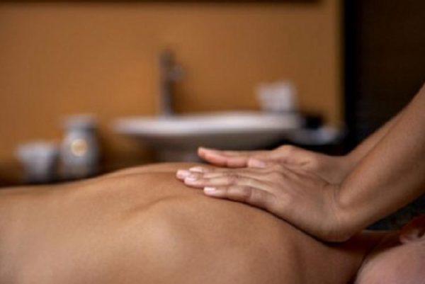Больным с грыжей рекомендуется проходить сеансы массажа