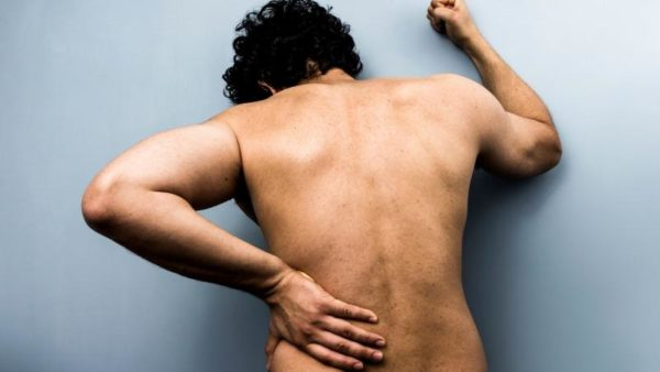 Боль в пояснице может быть вызвана переохлаждением, возникнуть из-за травмы или по ряду других причин