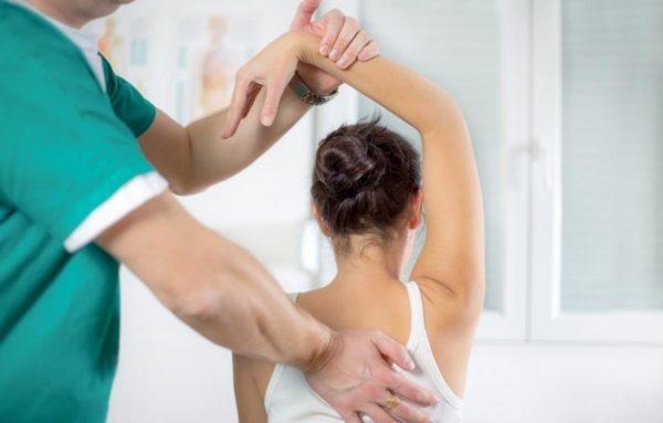 Врач воздействует на пораженные сегменты позвоночника при помощи рук