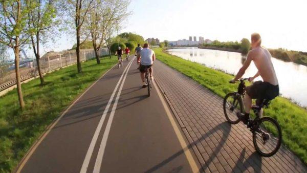 Для езды лучше выбирать ровную велодорожку