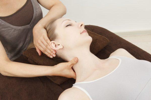 Массаж позволяет устранить мышечные спазмы и уменьшить сдавливание сосудов шеи