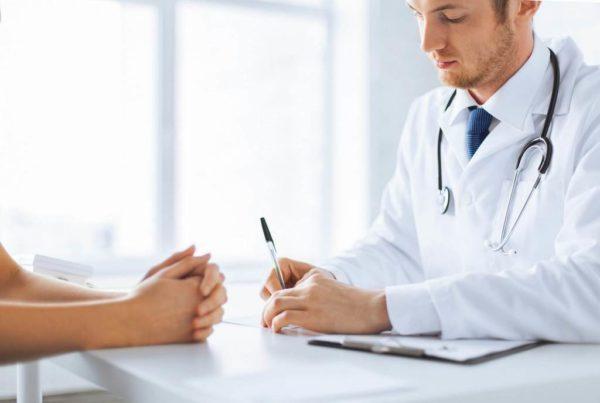 О беспокоящих симптомах в первую очередь необходимо рассказать врачу