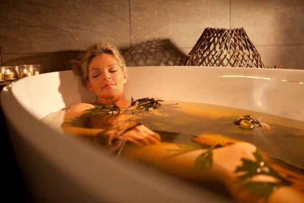 Принятие теплой ванны может от холода в спине