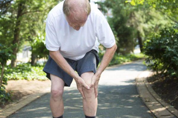Скованность в суставах ног - один из симптомов люмбоишиалгии