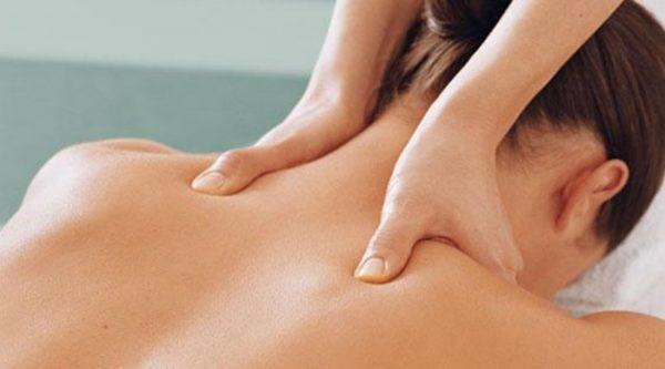 Лечебный массаж при шейном кифозе способствует ускорению регенеративных процессов и сокращает длительность терапии