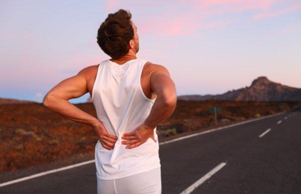 При появлении неприятных или болевых ощущений в пояснице нужно прекратить бег и дать телу отдых