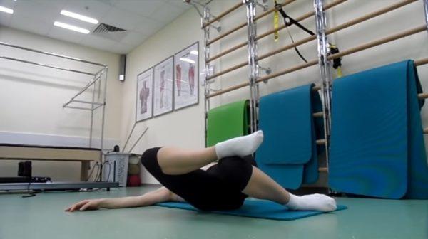 То же упражнение, но лодыжку одной ноги нужно поставить за колено второй