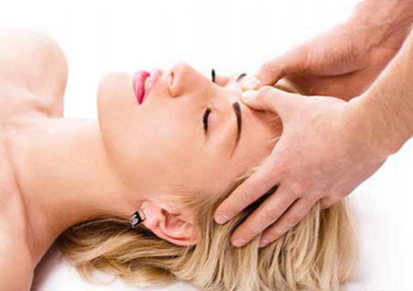 При акупунктурном массаж врач воздействует на определенные точки