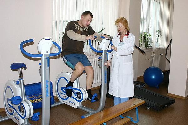 В период реабилитации важно уделить внимание упражнениям и лечебному массажу