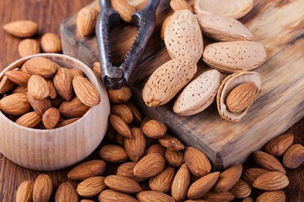 Миндаль – орех, который поможет укрепить костно-мышечную систему и, к тому же, избавит от голода