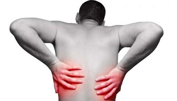 Вызвать боль в спине могут разные причины, которые могут быть связаны как с локомоторной системой, так и с внутренними органами